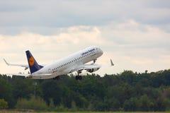 Embraer Люфтганза принимает  стоковая фотография rf