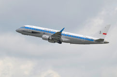 Embraer 175 décolle de l'aéroport de Varsovie (Pologne) Images stock