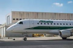 Embraer 175 e empurra para trás Foto de Stock Royalty Free