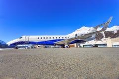 Embraer ERJ-135BJ en el aeropuerto de Engadin Fotos de archivo