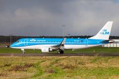 Embraer ERJ-175 de la línea aérea KLM aterriza en aeropuerto internacional imagenes de archivo