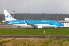 Embraer ERJ-175 de la línea aérea KLM aterriza en aeropuerto internacional imagen de archivo libre de regalías