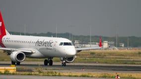 Embraer ERJ-190 Helvetic Airways som åker taxi för avvikelse arkivfilmer