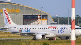 Embraer ERJ-195LR ездить на такси Air Europa видеоматериал