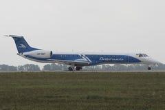 Embraer ERJ-145LR an Charkiw-Flughafen lizenzfreies stockbild