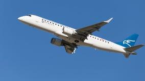 EMBRAER ERJ-190LR sale nel cielo Fotografie Stock