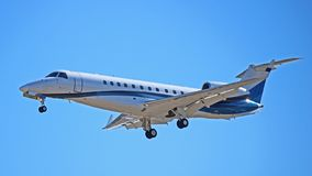 Embraer erj-135 op Definitieve Benadering van Toronto Pearson royalty-vrije stock foto's