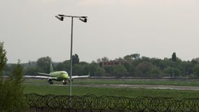 Embraer erj-170SU van S7 Airlines-benadering stock video