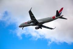 Embraer ligger i himlen arkivfoto