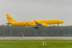 Embraer 195LR Saratov airlines landing Royalty Free Stock Photos