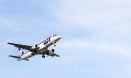 Embraer pela aterrissagem de LOT Polish Airlines copia o espaço Imagem de Stock