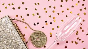 Embrague de oro de la tarde festiva en rosa Día de fiesta y celebración b almacen de video