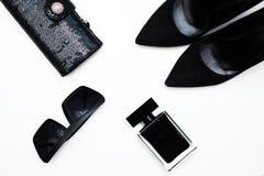 Embrague del bolso, zapatos negros, gafas de sol de moda Imagenes de archivo