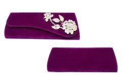 Embrague púrpura con la flor del diamante en un fondo blanco foto de archivo libre de regalías