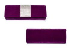 Embrague púrpura con las gemas en un fondo blanco foto de archivo