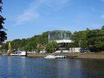 Embrarkment do rio de Aurajoki e do Turun Kaupunginteatteri em Turku Fotos de Stock