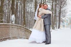 Embrassant épouser nouvellement des couples dans la saison d'hiver Image libre de droits