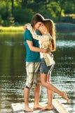 Embrassant des ados se tenant nu-pieds sur le pilier Photo stock