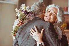 Embrassement âgé aimant positif de couples Images libres de droits