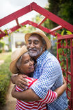 Embrassement aîné affectueux de couples Images stock