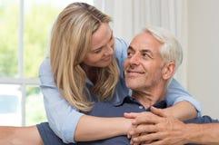 Embrassement aîné de couples Image libre de droits