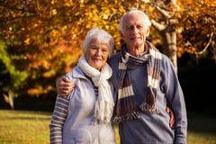 Embrassement aîné de couples Images libres de droits