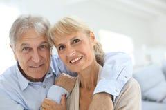 Embrassement aîné heureux de couples Images stock