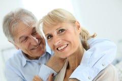 Embrassement aîné heureux de couples Images libres de droits