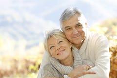 Embrassement aîné heureux de couples Photos libres de droits