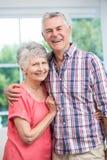 Embrassement aîné heureux de couples Photographie stock libre de droits