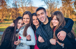 Embrassement adolescent de groupe Photographie stock