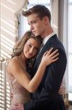 Embrassement adolescent mignon de couples Photographie stock libre de droits