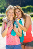 Embrassement adulte gai de deux athlètes féminins Photos stock