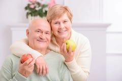 Embrassement affectueux adulte de couples Images libres de droits