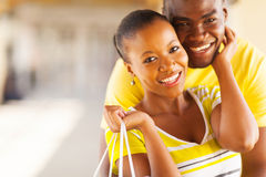 Embrassement africain de couples Photographie stock