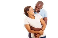 Embrassement africain de couples Photo stock
