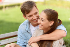 Embrassement agréable de couples Photos libres de droits