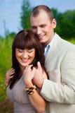 Embrassement amoureux heureux de couples Images stock