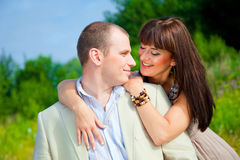 Embrassement amoureux heureux de couples Photo libre de droits