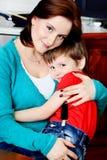 Embrassement d'une maman Photographie stock libre de droits