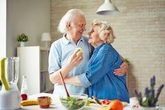 Embrassement dans la cuisine Photo stock