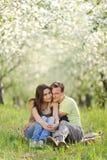 Embrassement dans le jardin Photos libres de droits
