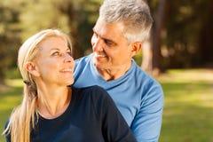 Embrassement de couples âgé par milieu Photographie stock