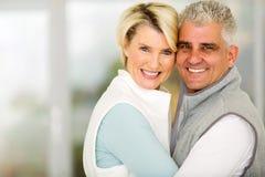 Embrassement de couples âgé par milieu Photographie stock libre de droits