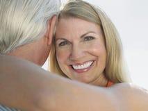 Embrassement de couples âgé par milieu affectueux Images libres de droits
