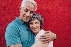 Embrassement de couples âgé par milieu affectueux photographie stock
