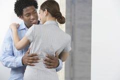 Embrassement de couples d'affaires Photo stock
