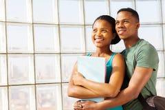 Embrassement de couples d'université Photographie stock libre de droits