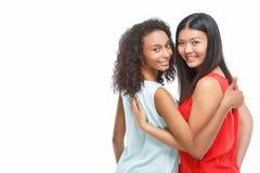 Embrassement de dames assez jeunes Photographie stock libre de droits