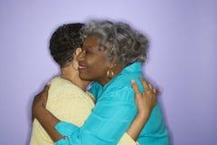 Embrassement de femmes. Photos libres de droits